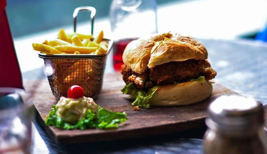 Dia do hambúrguer: nutricionista ensina a comemorar de maneira saudável